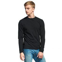 черная мужская футболка с длинным рукавом